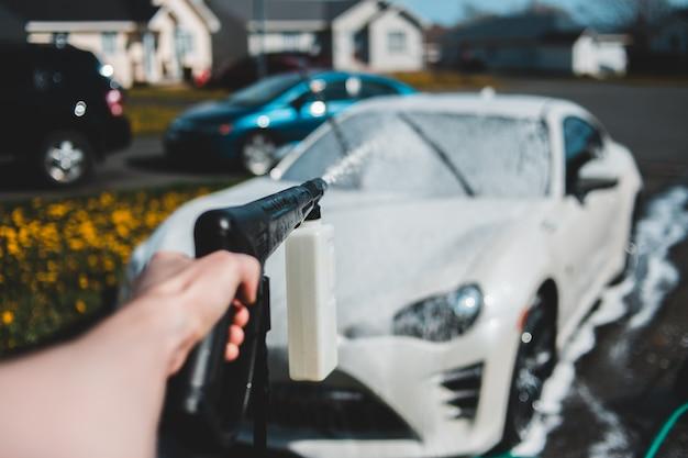 Weißes fahrzeug wird gewaschen