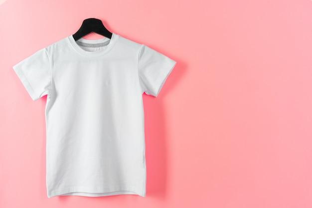 Weißes farb-t-shirt mit kopienraum für ihr design. modekonzept