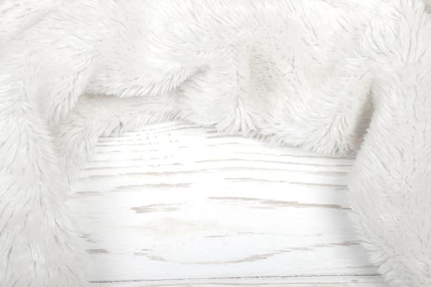 Weißes fell auf weißem holz