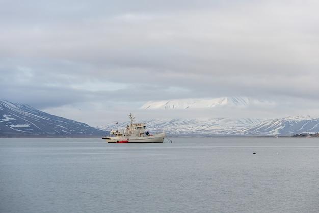 Weißes fischereifahrzeug vor anker