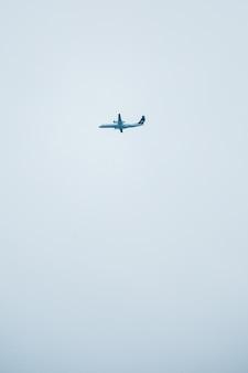 Weißes flugzeug fliegt in den himmel