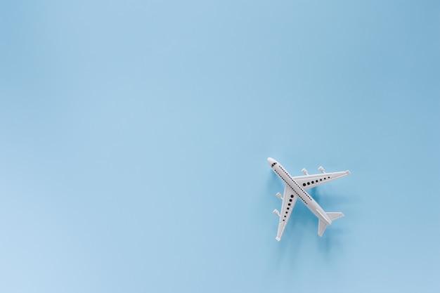 Weißes flugzeugmodell auf blauem hintergrund für fahrzeug und transport