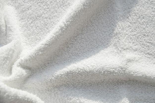 Weißes frottee-handtuch für spa-behandlungen