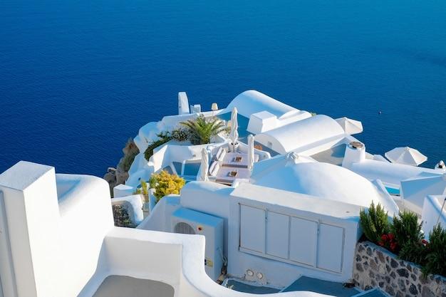 Weißes gebäude gegen blauen himmel und meer in santorini insel, oia, griechenland
