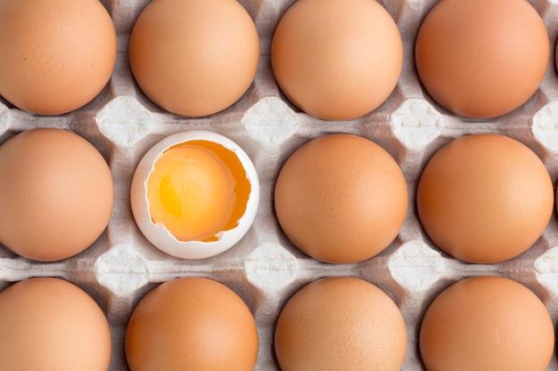 Weißes gebrochenes ei in schalung