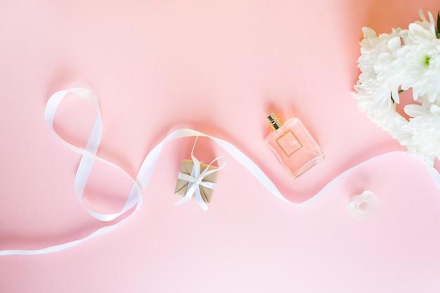 Weißes geschenkfeierband in der form mit 8 stellen über rosa