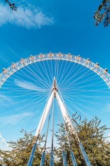 Weißes großes riesenrad mit blauem himmel