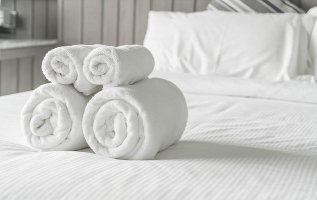 Weißes handtuch auf bettdekoration im schlafzimmer interieur