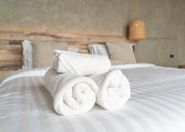 Weißes handtuch auf bettdekoration im schlafzimmer