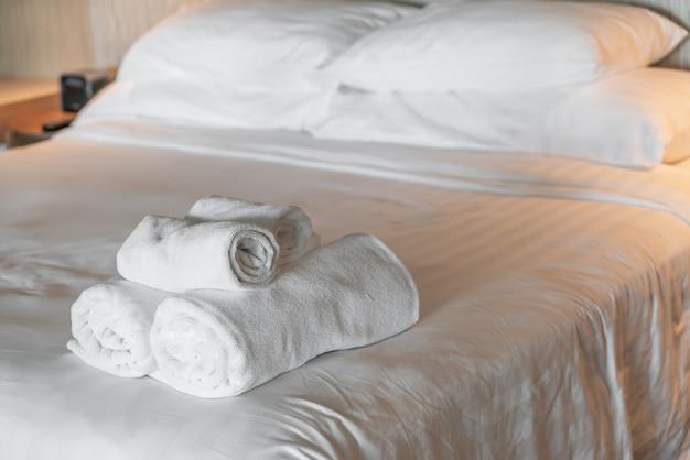 Weißes handtuch auf dem bett