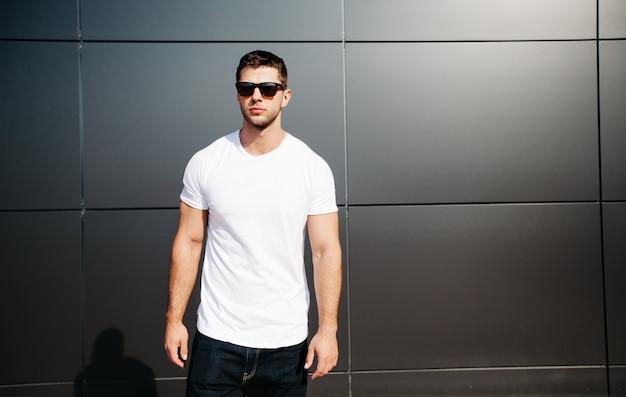 Weißes hemd auf einem mann für ihr logo