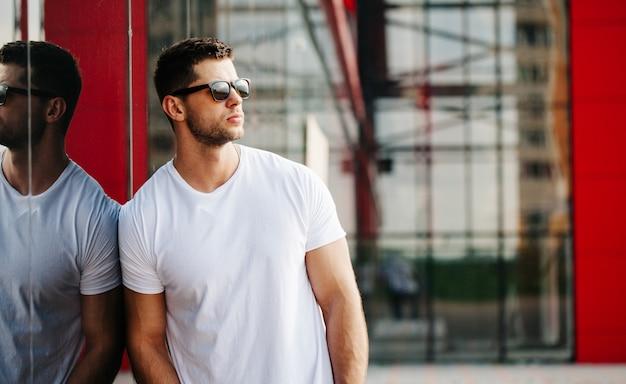 Weißes hemd verspotten einen mann für ihr logo
