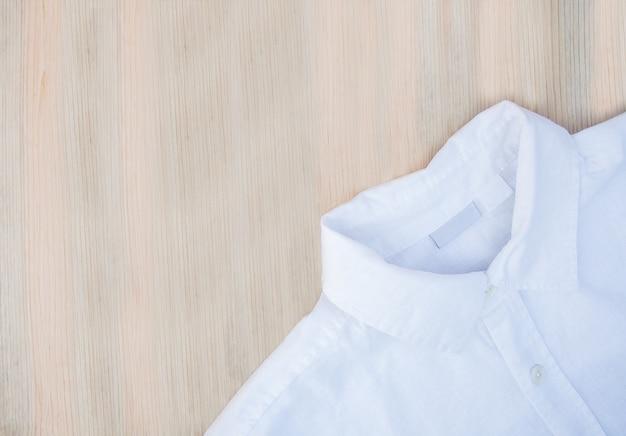 Weißes herrenhemd aus naturstoff auf holz