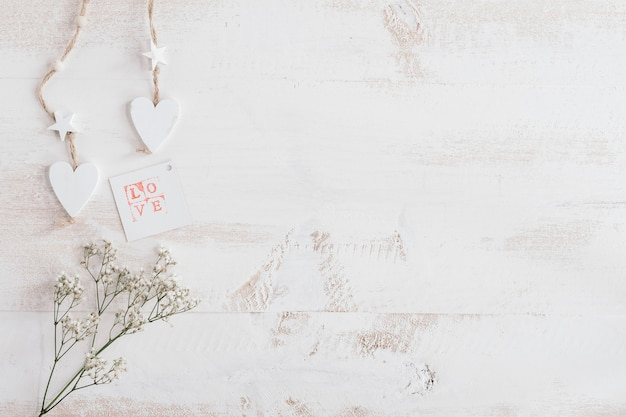 Weißes herz und blumen mit liebeskarte und kopienraum