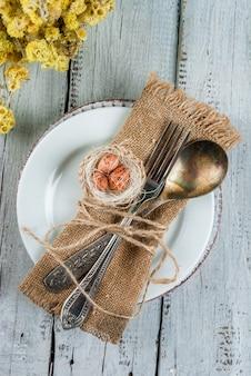 Weißes holztischgedeck des frühlings ostern