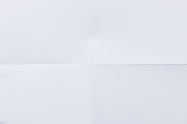 Weißes horizontal gefaltetes papier