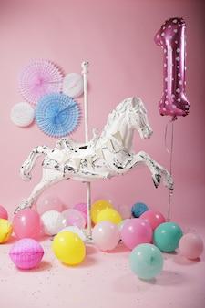 Weißes karussellpferd der weinlese für rosa geburtstagsfeierdekoration