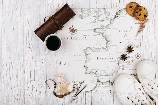 Weißes keds, tasse kaffee, plätzchen und seestern stehen auf weißer karte