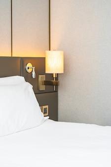 Weißes kissen auf bettdekoration des schlafzimmers