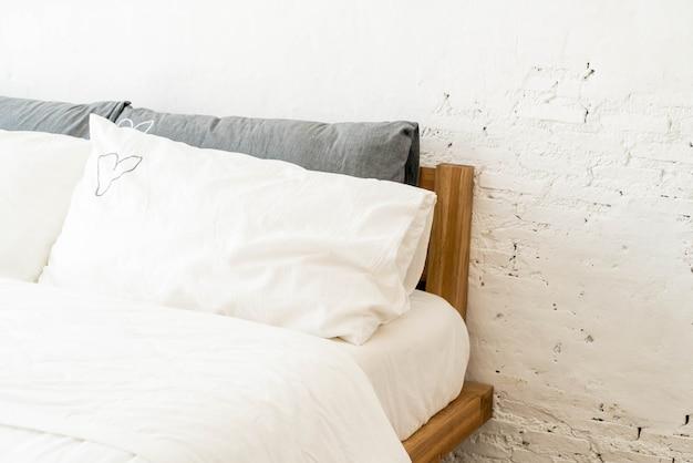 Weißes kissen auf bettdekoration im schlafzimmer