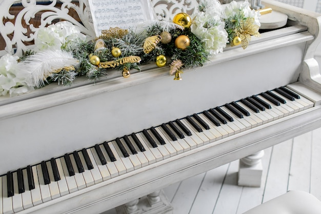 Weißes klavier im weißen raum. spiel musik.