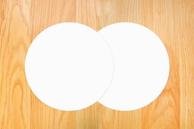 Weißes kreispapier auf braunem holztisch der weinlese