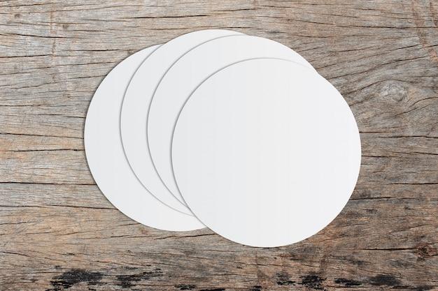 Weißes kreispapier und platz für text auf altem hölzernem hintergrund