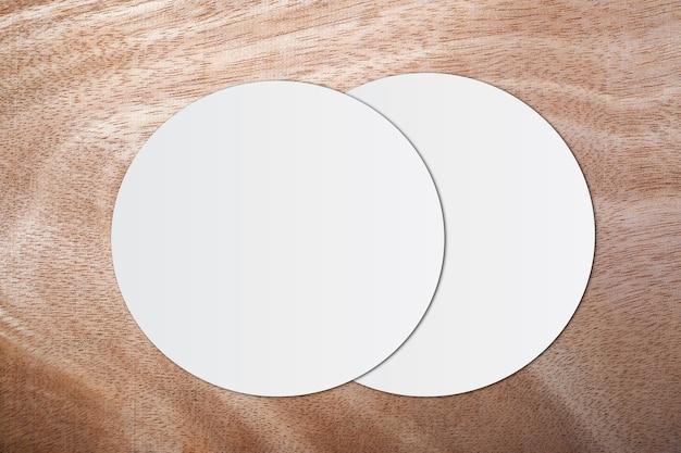 Weißes kreispapier und -raum für text auf hölzernem hintergrund