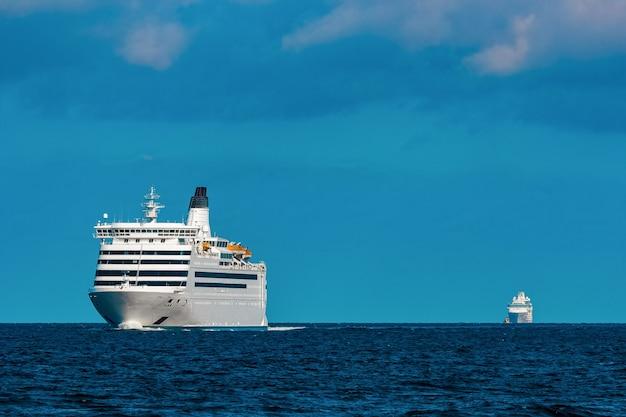Weißes kreuzfahrtschiff weit im meer. tourreisen und wellnessangebote
