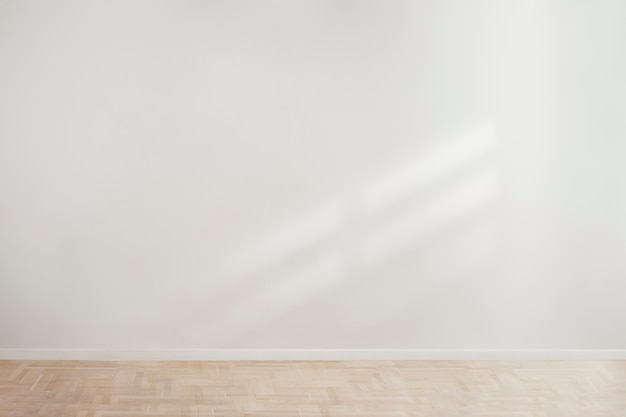 Weißes leeres betonwandmodell mit einem holzboden