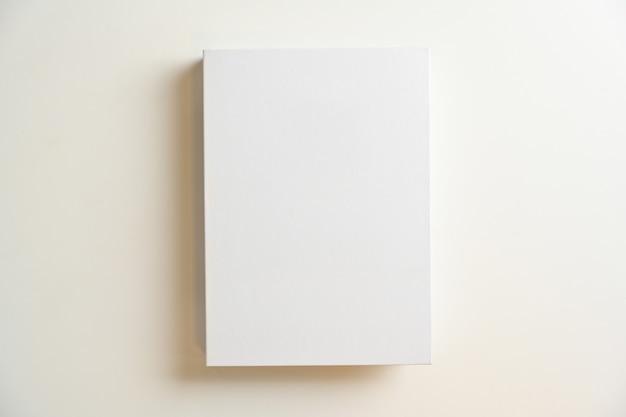 Weißes leeres buchcover oder hardcover für ihren text auf weißem hintergrund. ansicht von oben