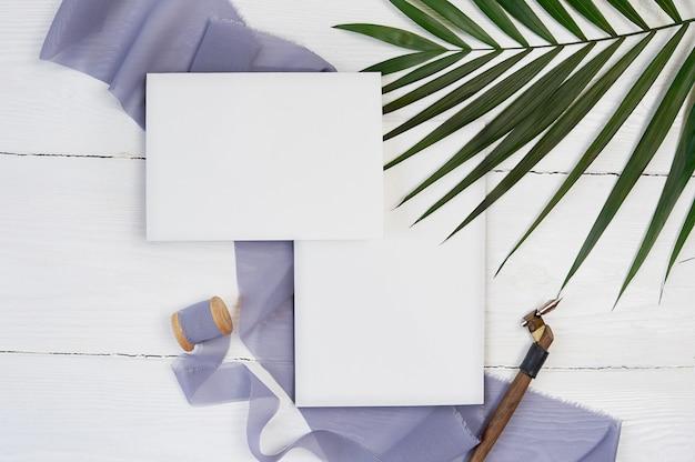 Weißes leeres grußkartenband