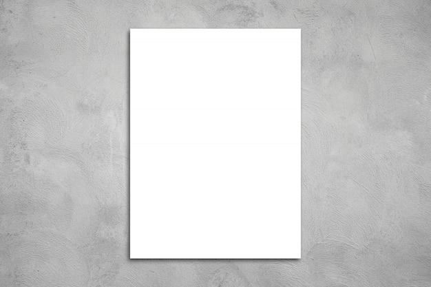 Weißes leeres plakat auf betonwand. oder leere papieretiketten an der betonwand.
