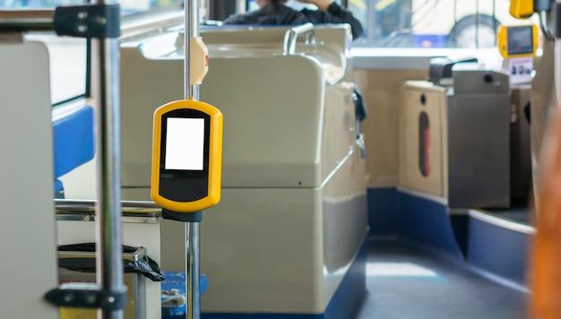 Weißes leeres zeichenbrett auf dem bus.