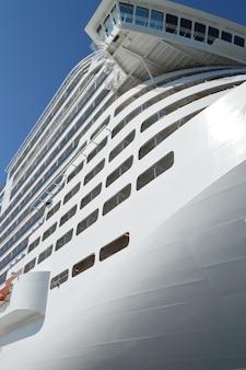 Weißes luxuskreuzschiff auf hintergrundnahaufnahme des blauen himmels