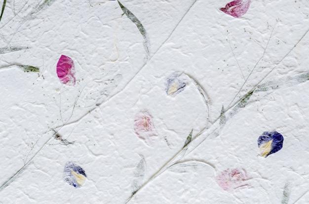Weißes maulbeerpapier mit blumenblatt- und blattbeschaffenheitshintergrund.