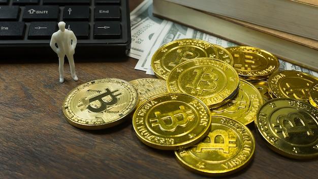 Weißes miniatur- und goldmünze bitcoin abstraktes bild