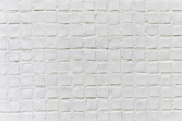 Weißes mosaik an der wand des hauses, außen. räume und texturen. platz für text. nahansicht.