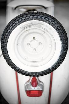 Weißes motorrad der weinlese mit ersatzrad
