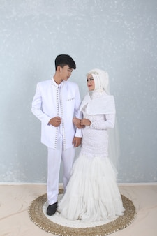 Weißes muslimisches hochzeitskleid foto