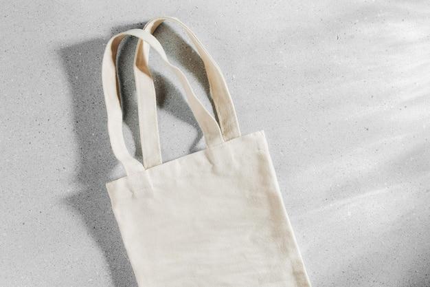 Weißes öko-taschenmodell, leere vorlage für einkaufstüten mit kopienraum.