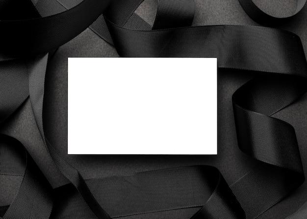 Weißes papier auf elegantem schwarzem hintergrund