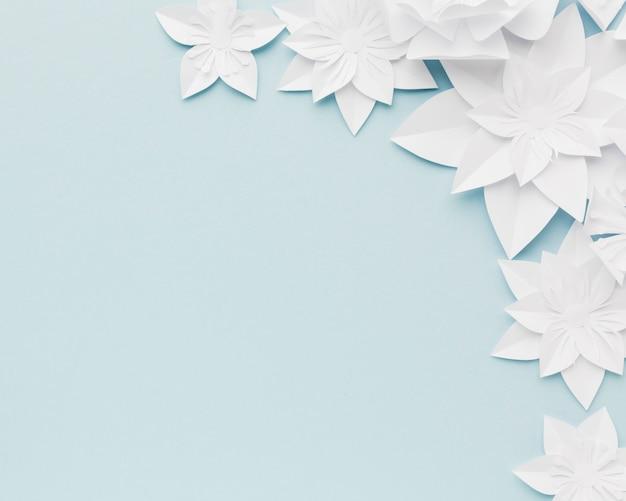 Weißes papier blüht auf tisch