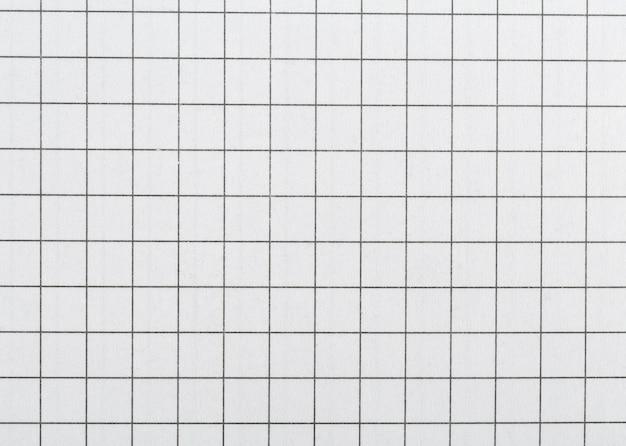 Weißes papier in einem käfig zum schreiben.