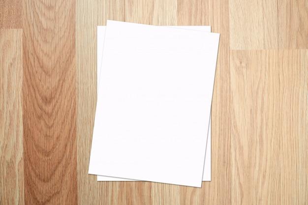 Weißes papier und raum für text auf altem hölzernen texturhintergrund. draufsicht