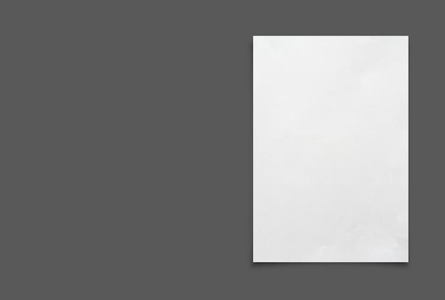 Weißes papierblatt lokalisiert auf schwarzem hintergrund