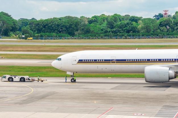 Weißes passagierflugzeug ist auf der rollbahn des flughafens.