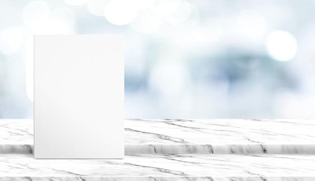 Weißes plakat auf tischplatte aus weißem marmor mit verschwommenem patienten, der auf arzt im krankenhaus wartet