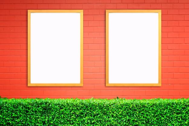Weißes plakat mit hölzernem rahmenmodell auf wand des roten backsteins. attrappe, lehrmodell, simulation.