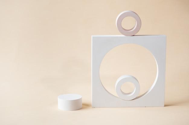 Weißes podium auf beigem hintergrund. vorlage, mock-up für präsentationsprodukte. pastellfarben gestaltete komposition mit geometrischen formen. minimales konzept. produkt-podest.